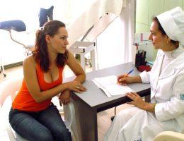 девушка в кабинете врача