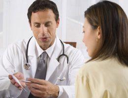 врач назначает препараты от эндометриоза